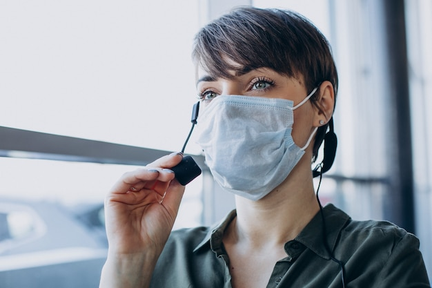 Kobieta Pracująca W Studio Nagrań I Noszenie Maski Darmowe Zdjęcia
