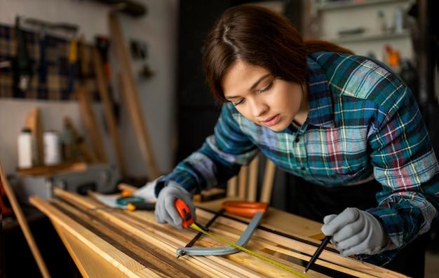 Kobieta Pracująca W Warsztacie Z Miarką Darmowe Zdjęcia