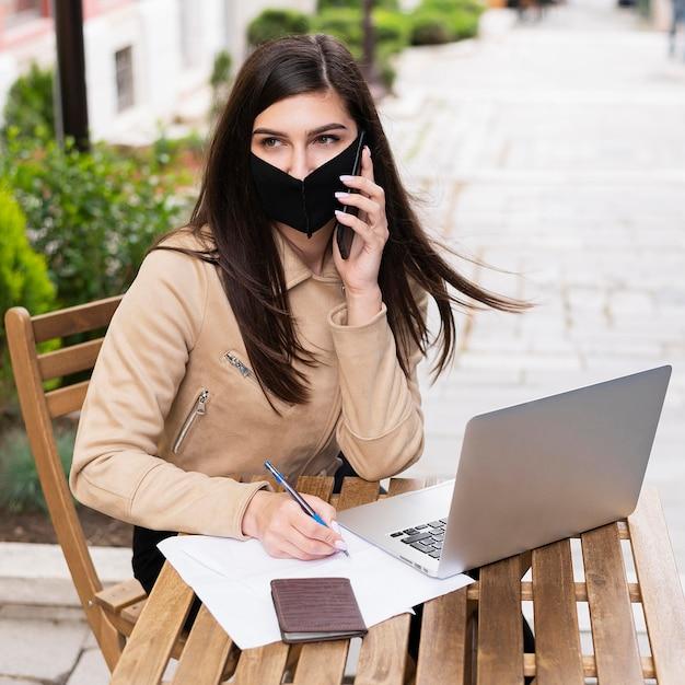 Kobieta Pracuje Na Laptopie Z Twarzy Maską Darmowe Zdjęcia