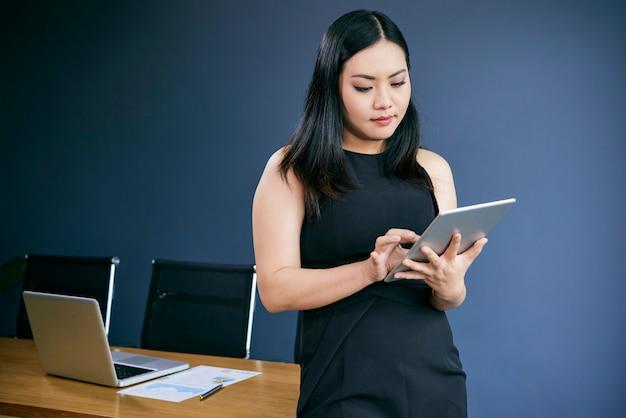 Kobieta Pracuje Na Tablecie Darmowe Zdjęcia