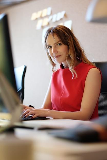 Kobieta Pracuje, Uśmiecha Się Darmowe Zdjęcia