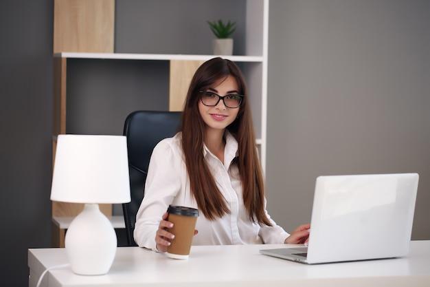 Kobieta Pracuje W Domu Z Laptopem I Uśmiecha Się Premium Zdjęcia