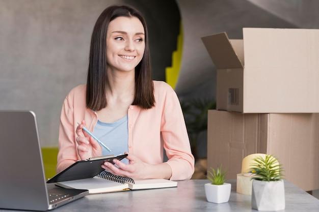 Kobieta Pracuje W Dostawie Z Domu Darmowe Zdjęcia