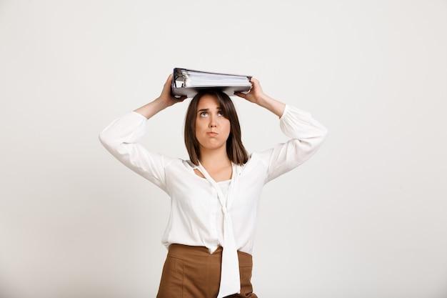Kobieta Próbuje Trzymać Stosy Dokumentów Na Głowie Darmowe Zdjęcia