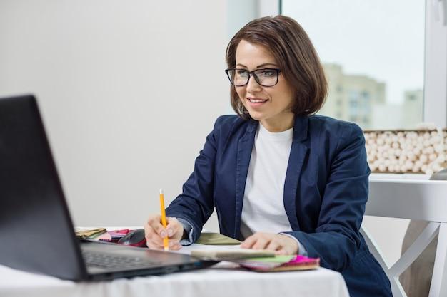 Kobieta projektant wnętrz, współpracuje z próbkami tkanin Premium Zdjęcia