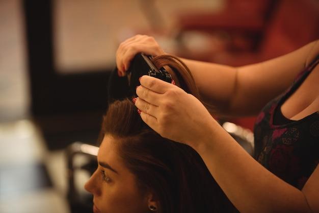 Kobieta prostuje włosy Darmowe Zdjęcia