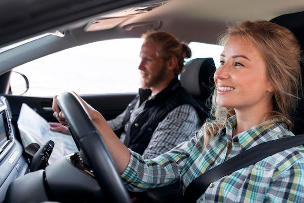 Kobieta Prowadząca Samochód I Szukająca Miejsca Na Kemping Darmowe Zdjęcia