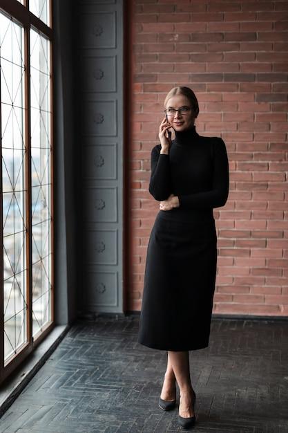 Kobieta Przy Oknie Rozmawia Przez Telefon Darmowe Zdjęcia