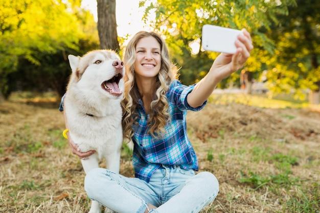 Kobieta Przy Selfie Zdjęcie Z Psem Darmowe Zdjęcia