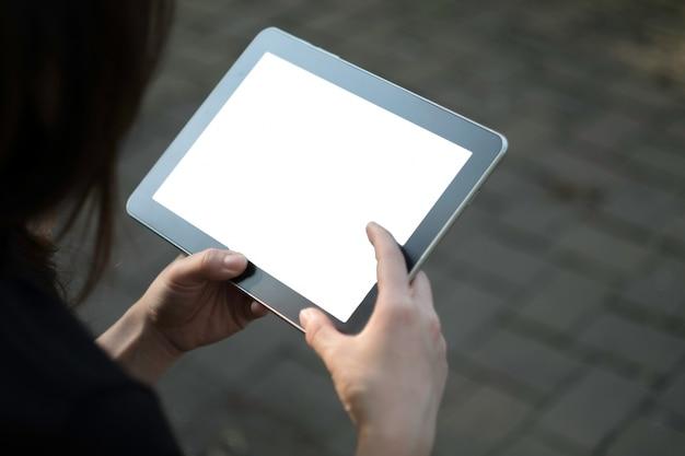 Kobieta przy użyciu tabletu w ogrodzie Darmowe Zdjęcia