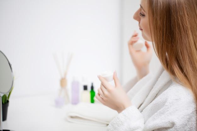 Kobieta Przygotowuje Się Do Pracy Robi Rano Makijaż W łazience Lustro W Domu. Premium Zdjęcia