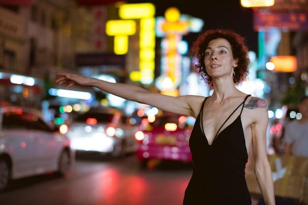 Kobieta przywołująca taksówkę Darmowe Zdjęcia