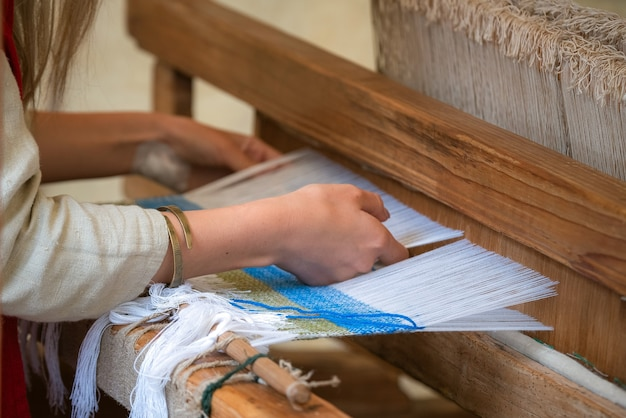Kobieta Ręce Tkactwo Wzór Na Krośnie. Premium Zdjęcia