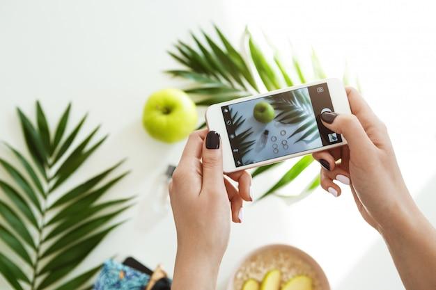 Kobieta Ręce Z Stylowy Lakier Do Paznokci Trzymając Telefon Robienia Zdjęć. Darmowe Zdjęcia