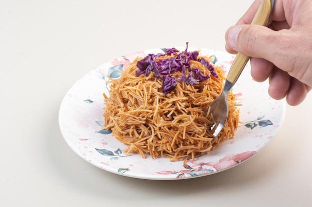 Kobieta Ręcznie Biorąc Spaghetti Z Talerza Widelcem Darmowe Zdjęcia