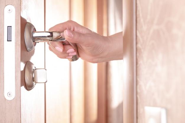 Kobieta Ręcznie Otwierając Drzwi Premium Zdjęcia