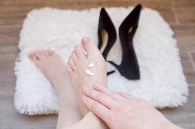 Kobieta Ręka Masaż Gołe Stopy Nadgarstka Po Spacer W Wysokich Obcasach. Premium Zdjęcia