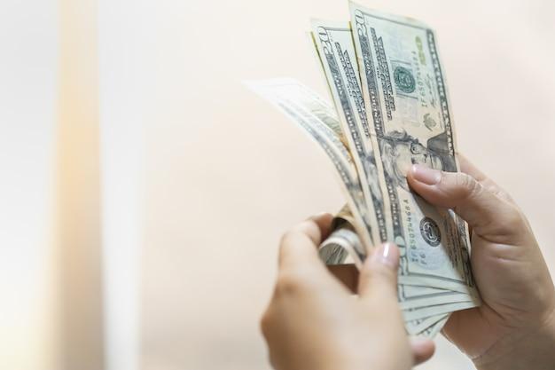 Kobieta Ręki Trzymającej I Liczenia Banknotów Dolar Amerykański Z Miejsca Na Kopię. Premium Zdjęcia