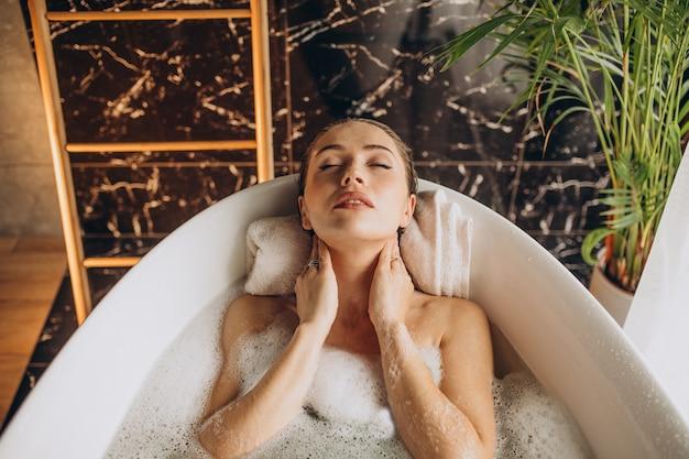 Kobieta Relaks W Kąpieli Z Bąbelkami Darmowe Zdjęcia