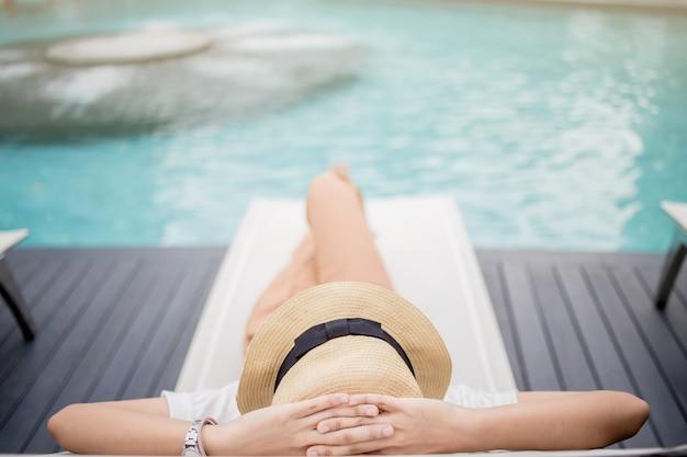 Kobieta relaks w luksusowym hotelu, letnie wakacje Premium Zdjęcia