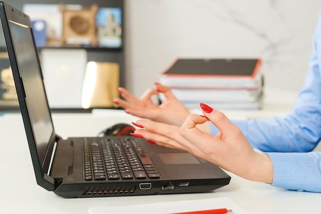 Kobieta Relaks W Miejscu Pracy. Premium Zdjęcia
