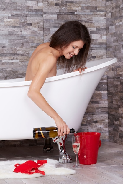 Kobieta relaksuje w kąpielowej tubce Premium Zdjęcia