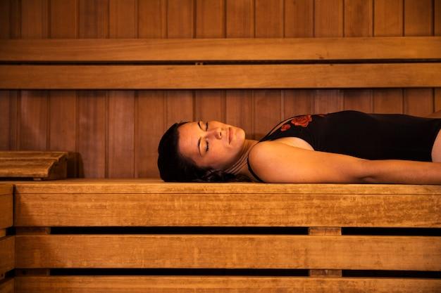 Kobieta Relaksuje W Sauna Darmowe Zdjęcia