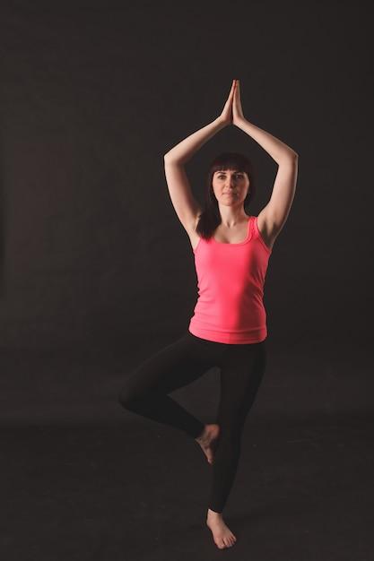 Kobieta robi ćwiczenia rozciągające Premium Zdjęcia