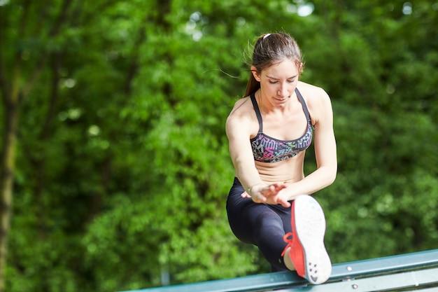 Kobieta robi ćwiczenia Premium Zdjęcia