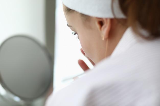 Kobieta Robi Domowemu Zdrojowi Czekoladowej Maski Portretowi. Premium Zdjęcia
