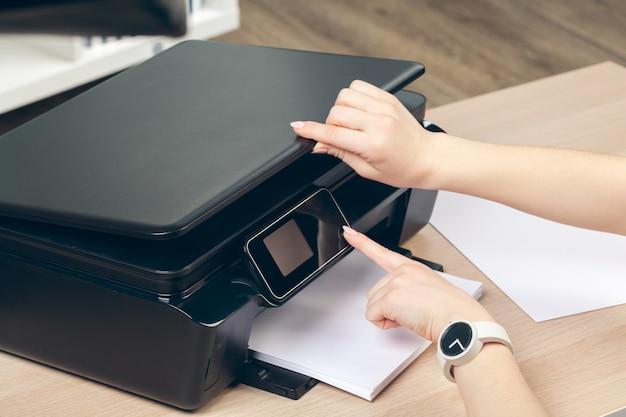 Kobieta robi kserokopii używać copier w biurze Premium Zdjęcia