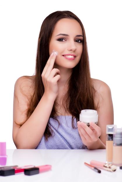 Kobieta robi makijażowi na bielu Premium Zdjęcia