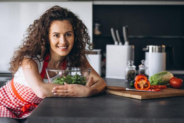 Kobieta Robi Sałatki Przy Kuchnią Darmowe Zdjęcia