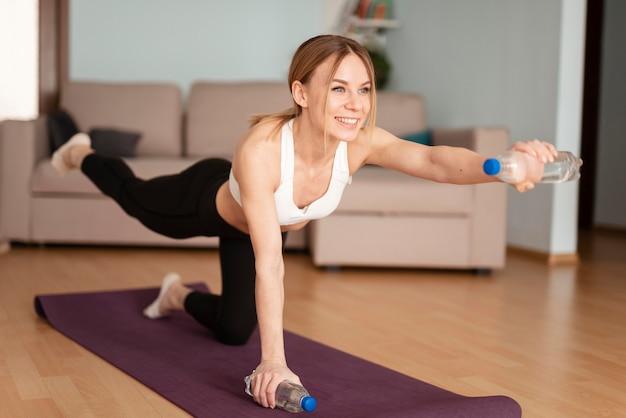Kobieta Robi Sportowi W Domu Premium Zdjęcia