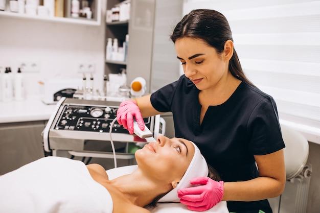 Kobieta Robi Zabiegi Kosmetyczne W Salonie Piękności Darmowe Zdjęcia
