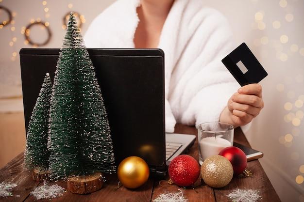 Kobieta Robi Zakupy Online Na Boże Narodzenie Premium Zdjęcia