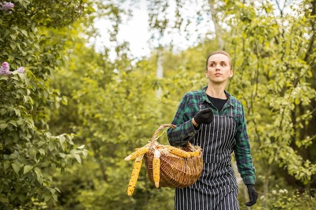 Kobieta Rolnik Z Koszem Darmowe Zdjęcia