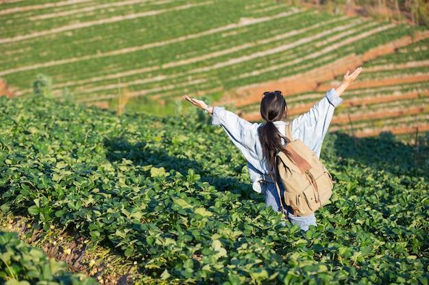 Kobieta Rozłożona Ramiona W Farmie Truskawek Darmowe Zdjęcia