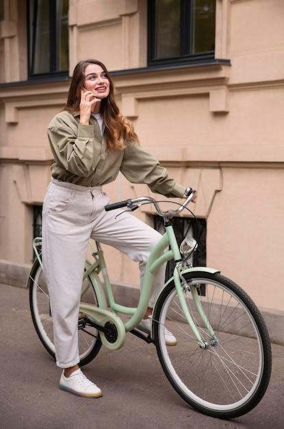 Kobieta Rozmawia Przez Telefon Podczas Jazdy Na Rowerze Darmowe Zdjęcia