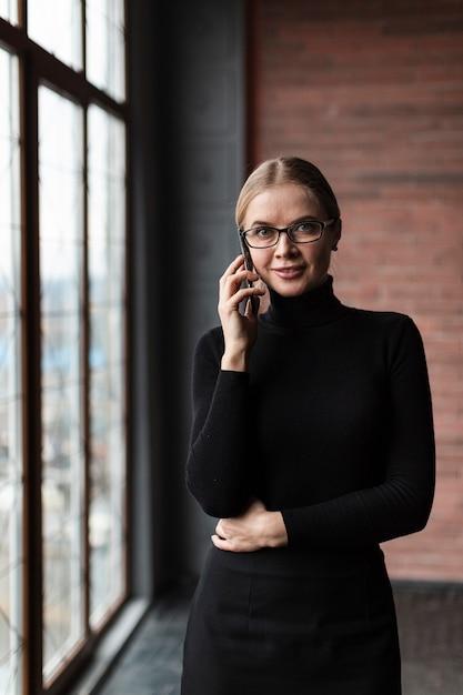 Kobieta Rozmawia Przez Telefon Przy Oknie Darmowe Zdjęcia