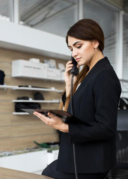 Kobieta Rozmawia Przez Telefon Premium Zdjęcia