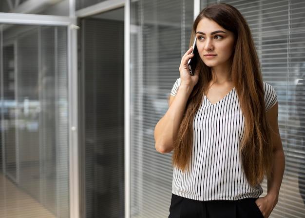 Kobieta Rozmawia Przez Telefon Darmowe Zdjęcia