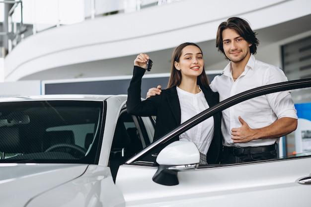 Kobieta rozmawia z mężczyzną seles osoby w salonie samochodowym Darmowe Zdjęcia