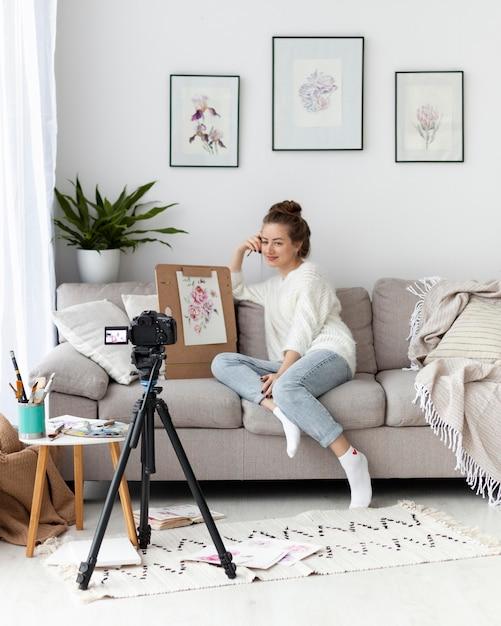 Kobieta Rysująca Dla Samouczka Online W Pomieszczeniu Premium Zdjęcia
