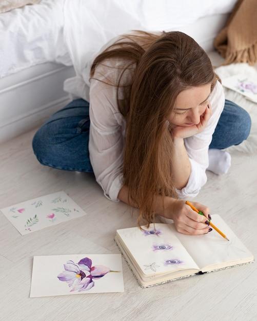 Kobieta Rysująca Nowy Tutorial Do Vlogowania Darmowe Zdjęcia