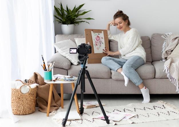 Kobieta Rysuje Do Samouczka Online W Domu Premium Zdjęcia