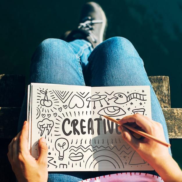 Kobieta Rysuje Kreatywnie Pomysły W Notatniku Premium Zdjęcia