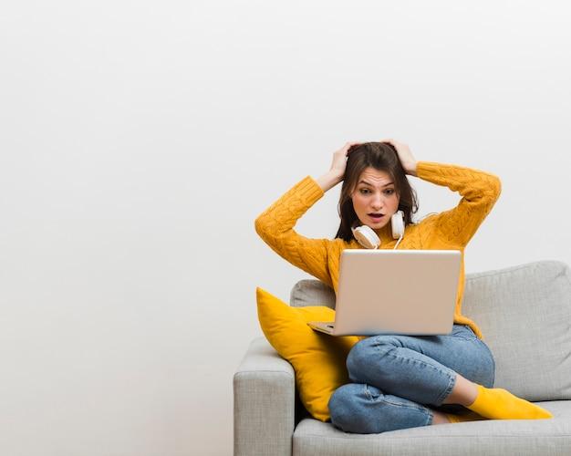Kobieta Siedząca Na Kanapie Popełniła Błąd Na Swoim Laptopie Darmowe Zdjęcia