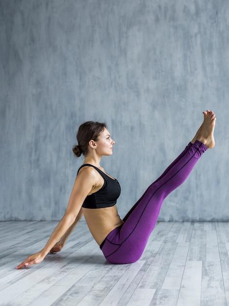 Kobieta siedząca w pozie jogi Darmowe Zdjęcia