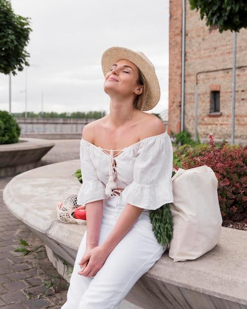 Kobieta Siedzi I Cieszy Się Słońcem Darmowe Zdjęcia